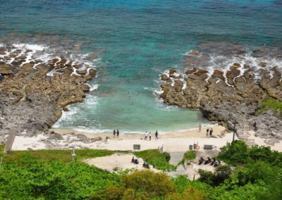 Písečná pláž mezi útesy na ostrůvku Xiao Liuqiu