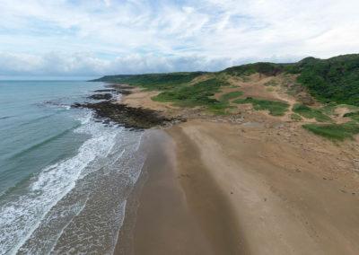 Opuštěná písečná pláž v taiwanském národním parku Kenting