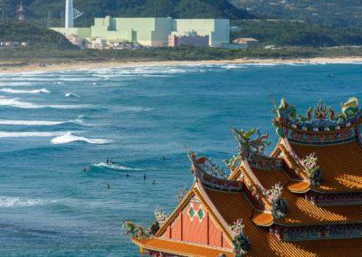 Surfing ve stínu atomové elektrárny u města Fulong