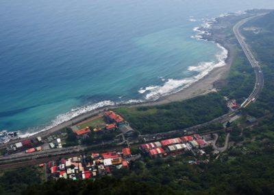 Pohled na východní pobřeží Taiwanu a pláž Honeymoon Bay