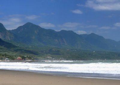 Pláž u města Dulan je skvělá pro surfing